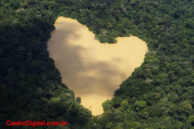 IMAGEM - Foto de lago na Amazônia em formato de coração
