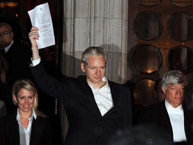 Julian Assange é solto em Londres