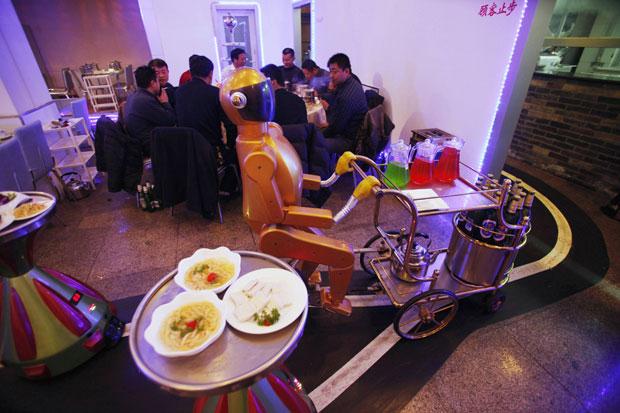 Restaurante chinês usa robôs como garçons, recepcionistas e músicos