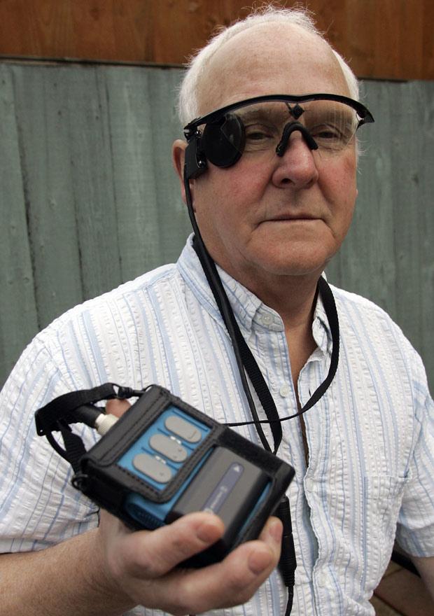 IMAGEM - Homem cego usa câmera para enxergar