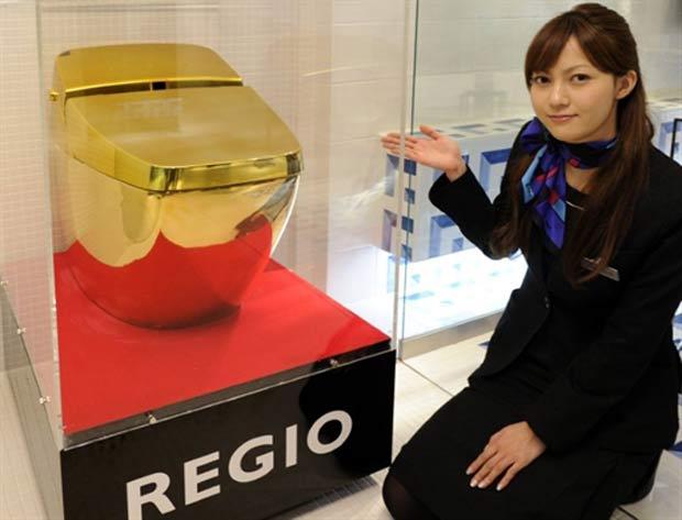 IMAGEM - Vaso sanitário com esmalte de ouro