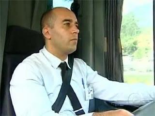 Motorista devolve R$ 74 mil perdidos em ônibus: para alguns, honestidade, para outros, um idiota