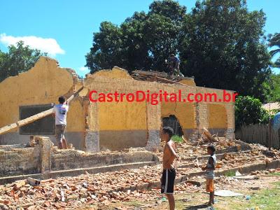 Escola de Centro dos Teles em Bacabal é demolida pela população inconformada com abandono