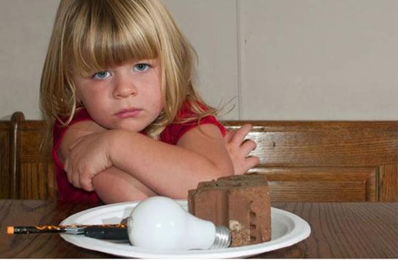 Criança de 3 anos come lâmpadas e tijolos