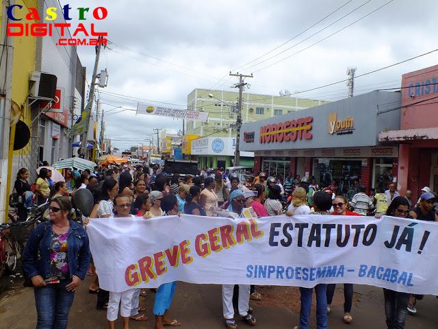 Professores de Bacabal em greve realizam passeata pelas ruas da cidade
