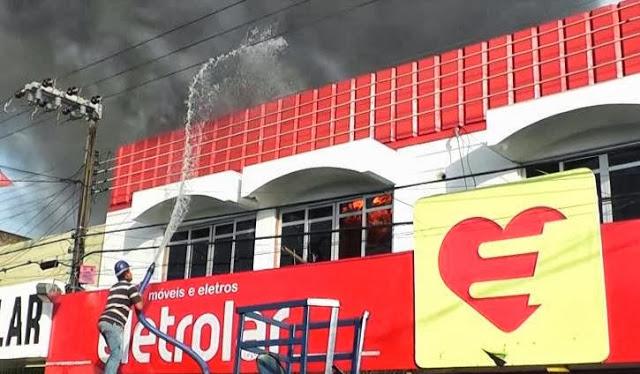 Incêndio na loja Eletrolar no centro de Bacabal foi controlado com ajuda de caminhões pipas e quase limpa fossa