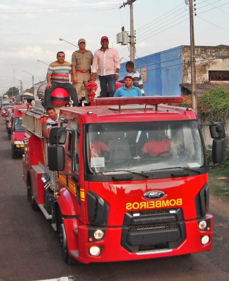 Foto: 4 mãos que governam Bacabal desfilam em caminhão do Corpo de Bombeiros