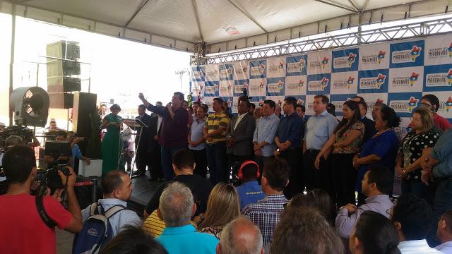 Professores de Bacabal cobram Flávio Dino por reajuste salarial durante inauguração do Hospital Laura Vasconcelos